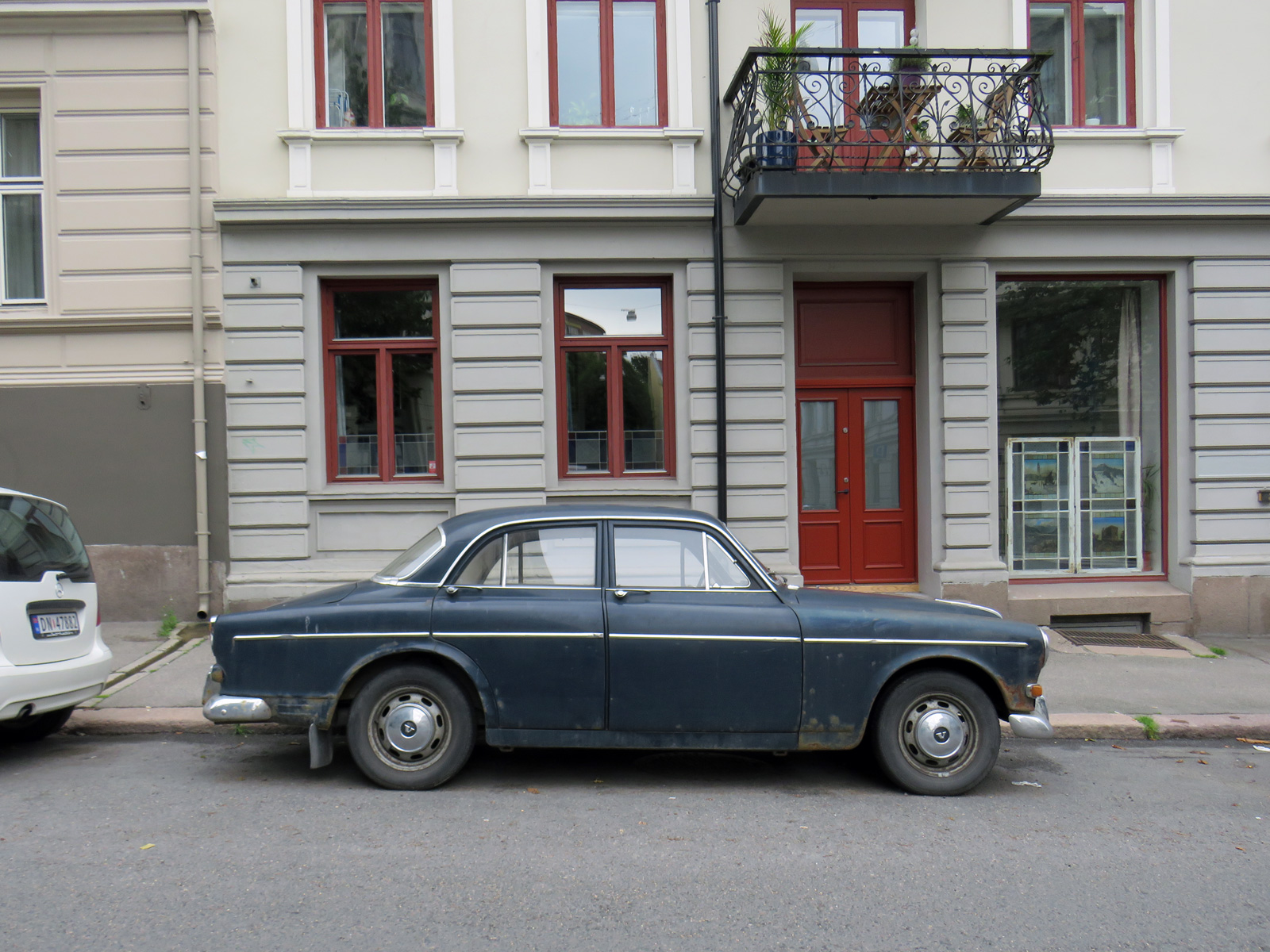 1966 Volvo Amazon P121341 121 sedan old car parked